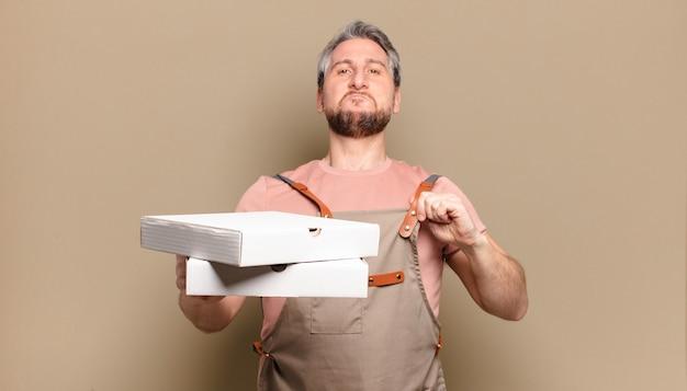 Chef de homem de meia-idade. conceito de pizzas para levar
