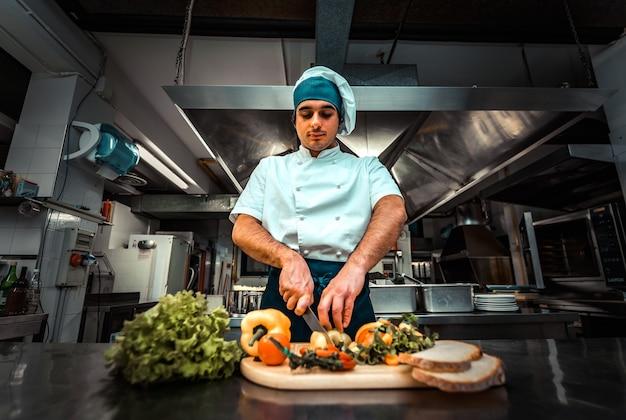 Chef de restaurante cozinhando alimentos saudáveis na cozinha