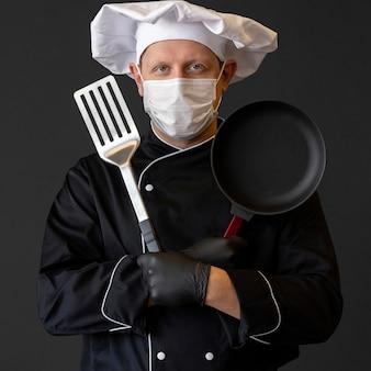 Chef de tiro médio usando máscara médica