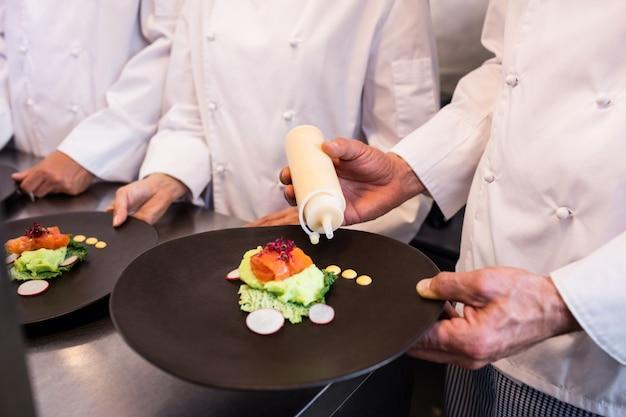 Chef decorar um prato de comida