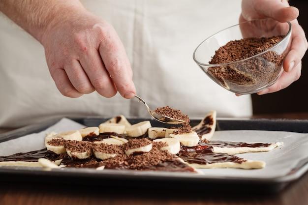 Chef, derramando massa de bolo em uma assadeira, close-up