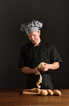 Chef descascando batatas