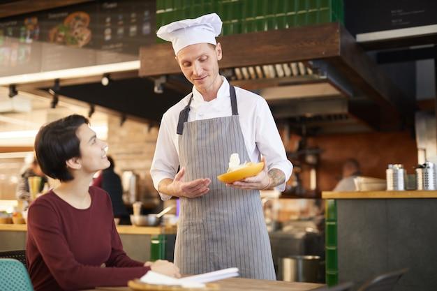 Chef do restaurante conversando com o hóspede