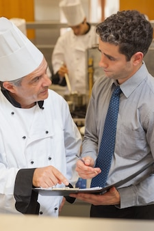 Chef e garçom tendo uma discussão