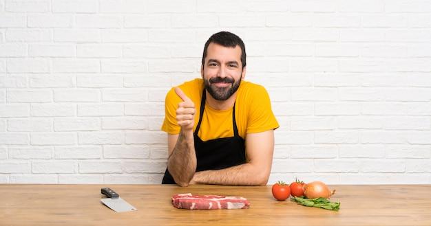 Chef em uma cozinha com o polegar para cima