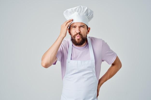 Chef emocional gesticulando com as mãos, trabalha em uma indústria de restaurantes