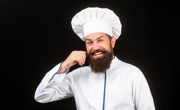 Chef engraçado com cozinheiro de barba. homem de barba e bigode usando avental de babador.