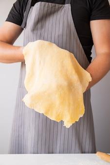 Chef, esticando a massa de macarrão