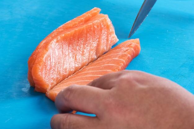 Chef fatiar salmão