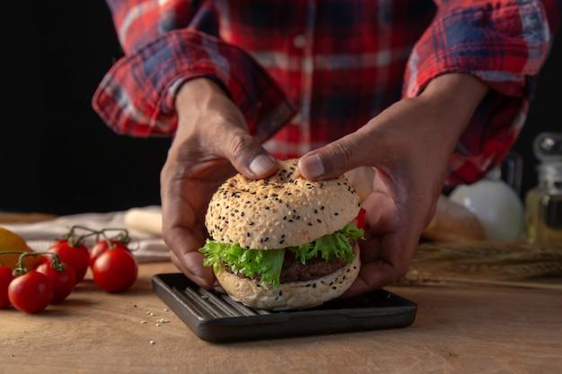 Chef fazendo hambúrguer caseiro.