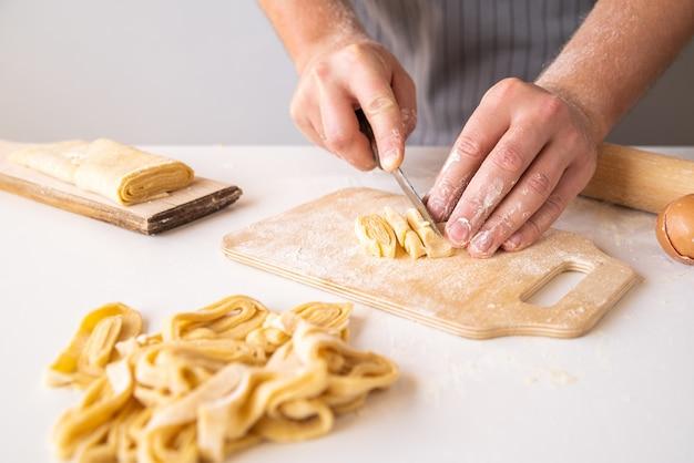 Chef fazendo macarrão