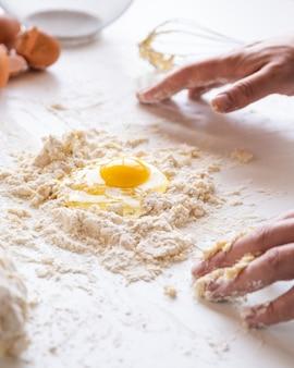 Chef fazendo massa de macarrão