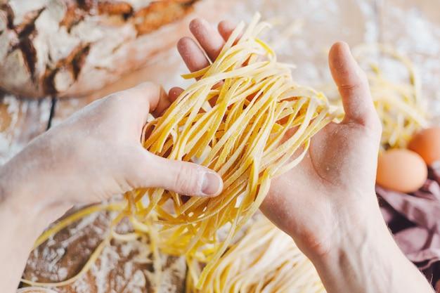 Chef fazendo massa italiana fresca
