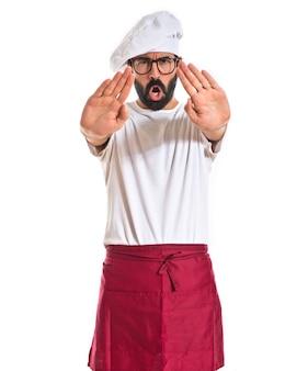 Chef fazendo sinal de parada sobre fundo branco