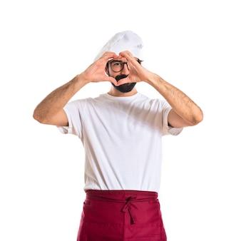 Chef fazendo um coração com as mãos
