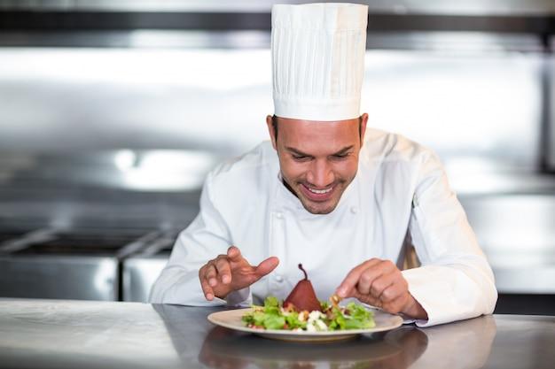 Chef feliz enfeitar comida