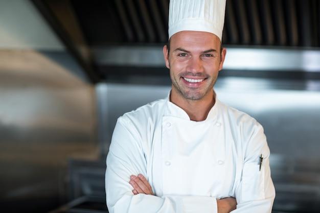Chef feliz na cozinha comercial