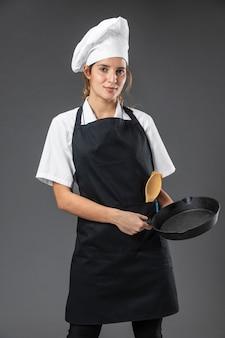 Chef feminina de retrato com panela