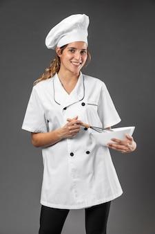 Chef feminina de retrato com tigela de mistura