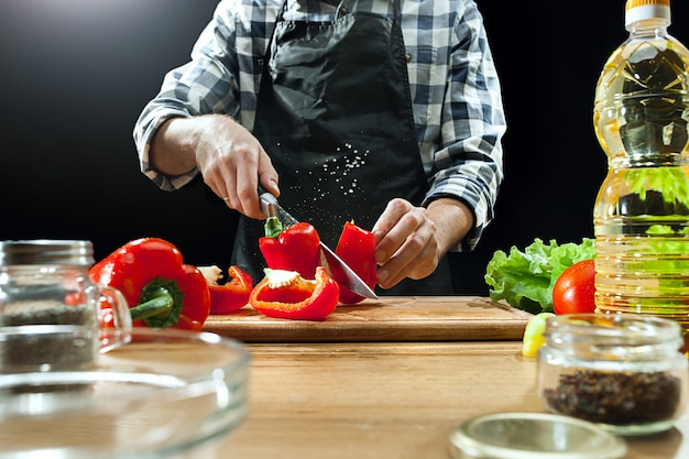 Chef feminino cortar legumes frescos