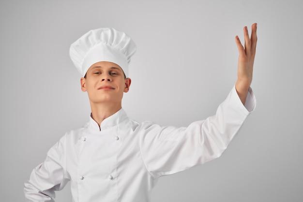 Chef gesticulando com as mãos cozinha profissional