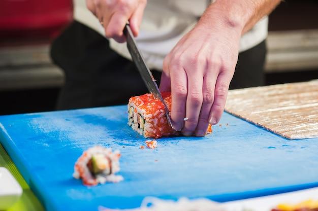 Chef japonês prepara comida.