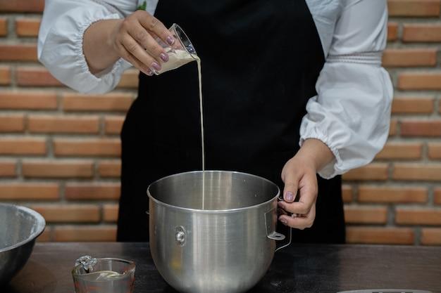 Chef jovem cozinhar bolo na cozinha