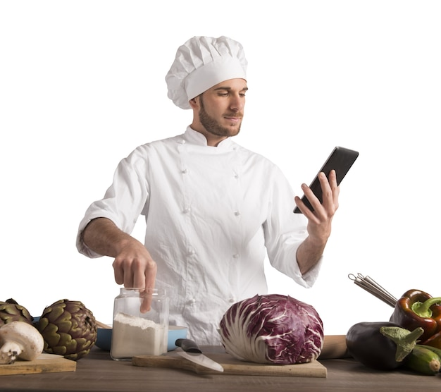 Chef lê uma receita do tablet