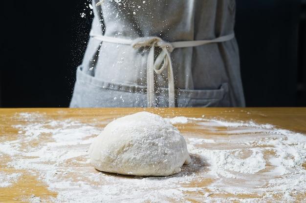Chef mãos cozinhar massa.