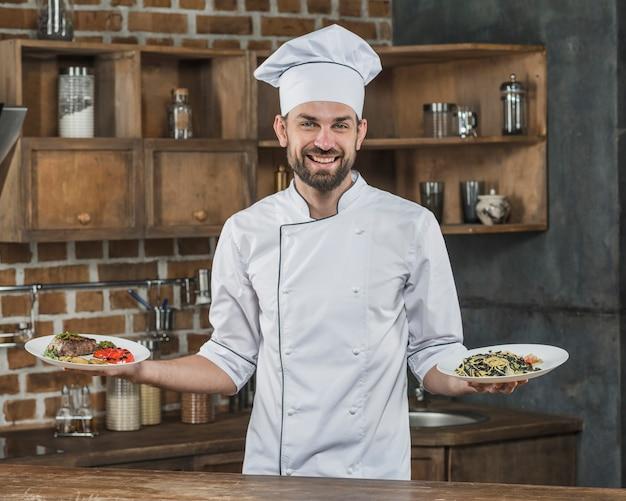 Chef masculino apresentando deliciosos pratos na cozinha
