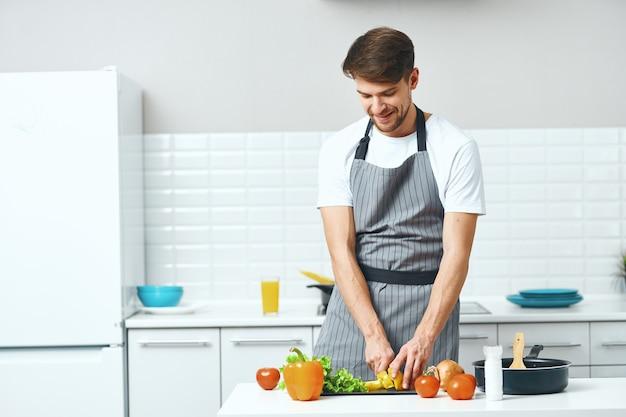 Chef masculino com avental cozinhando