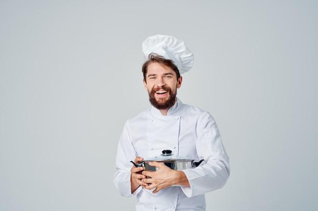 Chef masculino com uma panela nas mãos, cozinhando comida, cozinha, estilo de vida