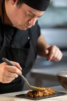 Chef masculino cozinhando na cozinha