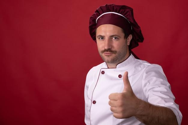 Chef masculino mostra sinal de polegar para cima