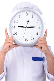 Chef masculino segurando uma face do relógio