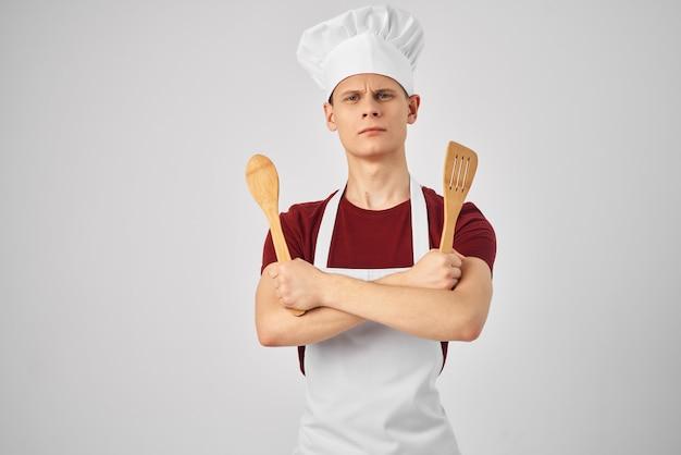 Chef masculino usando avental branco cozinhando restaurante