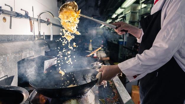 Chef mexendo cozinhar