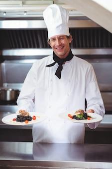 Chef, mostrando pratos de espaguete