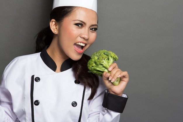 Chef muito feminino brincando com brócolis