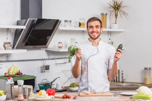 Chef na cozinha cozinhando com legumes