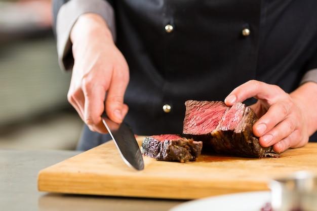 Chef na cozinha do hotel ou restaurante cozinha