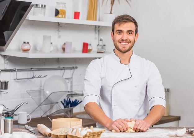 Chef na cozinha fazendo massa