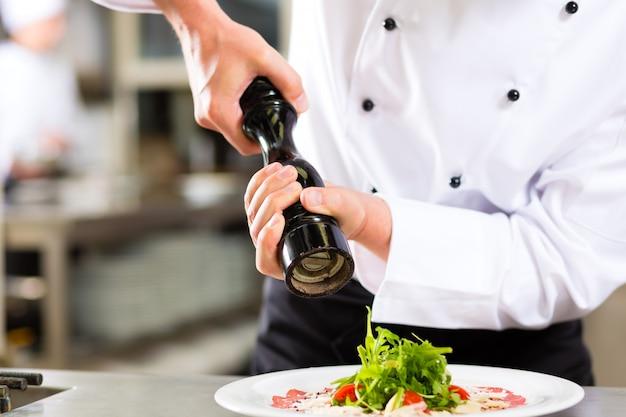 Chef no hotel ou restaurante cozinha cozinhar
