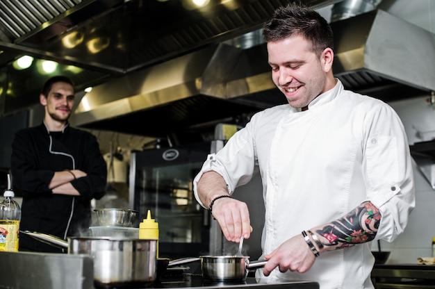 Chef prepara alabote sob aipo na cozinha do restaurante