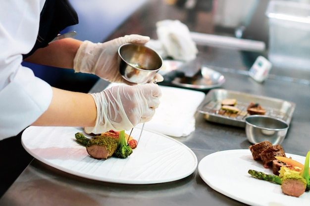 Chef prepara comida, refeição, na cozinha, chef de cozinha, prato de decoração de chef