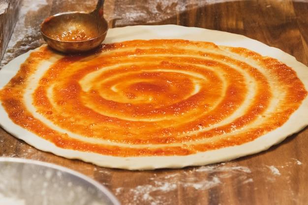 Chef prepara deliciosa pizza na cozinha