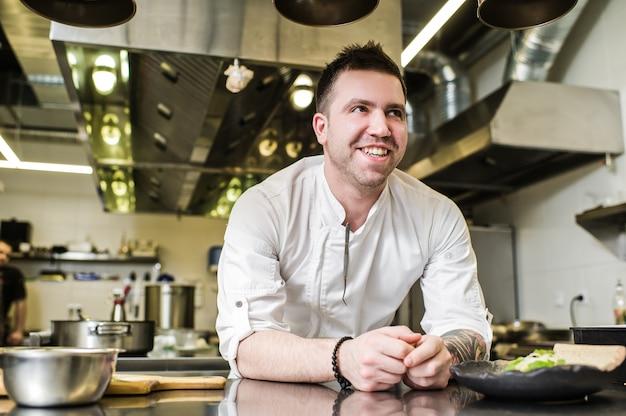 Chef prepara lombo de bife na cozinha do restaurante