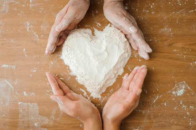Chef prepara massa. processo de cozimento, trabalhe com farinha