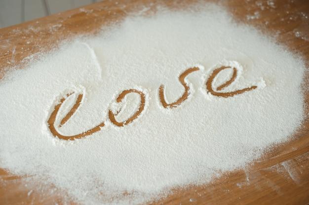 Chef prepara massa. processo de cozimento, trabalhe com farinha.