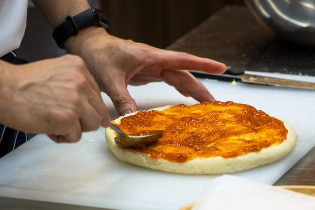 Chef prepara pizza, o processo de fazer pizza